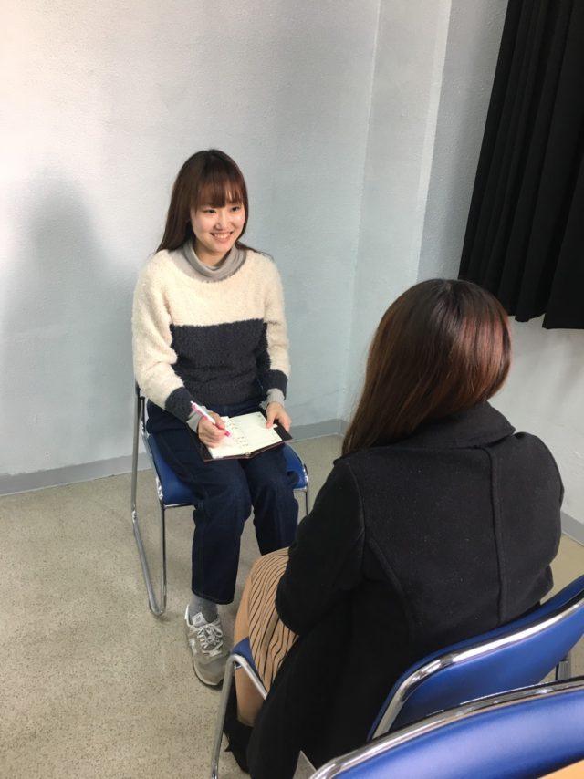 フィリピン留学インタビューを受けるA&Jの留学生