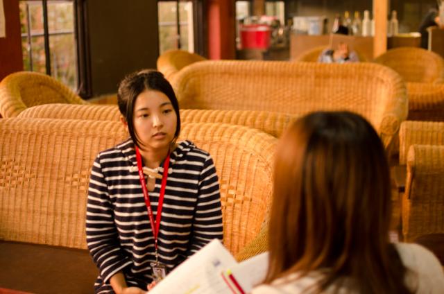 BECIでのインタビューに答える留学生
