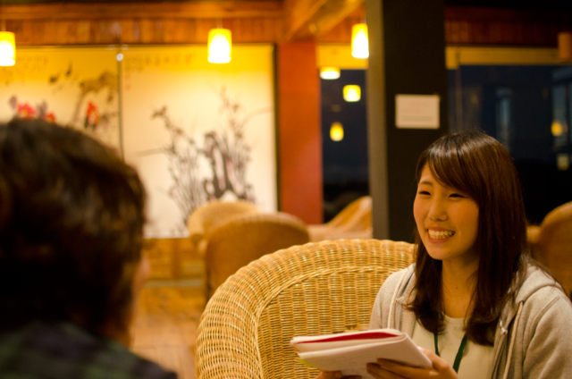 フィリピン留学インタビューを受けるBECIのBOB