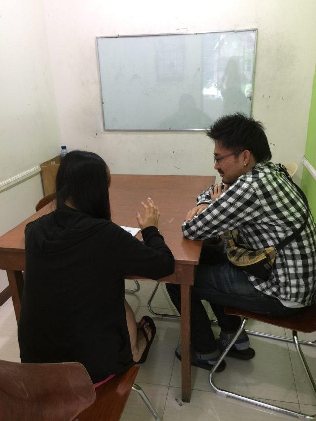 フィリピン留学インタビューを受けるPINES(パインス)のケン