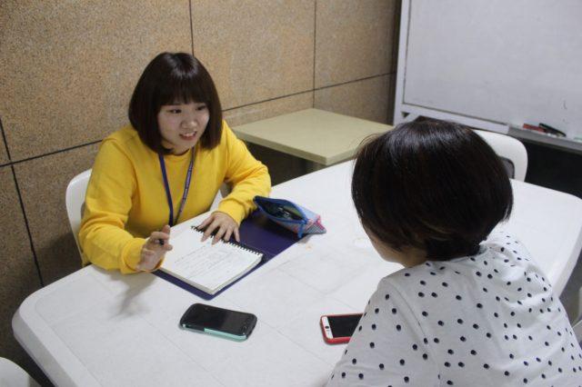 フィリピン留学インタビューを受けるWALESの留学生